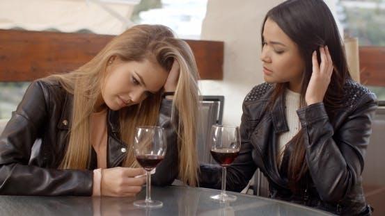 Thumbnail for Paar traurige Frauen trinken Wein