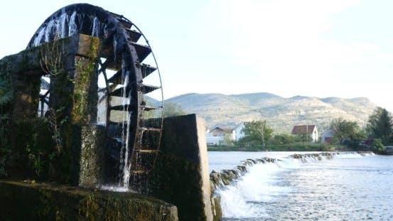ein Wasserrad zum Heben von Wasser für die Bewässerung von Traubenfeldern