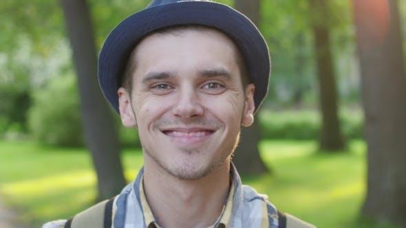 Thumbnail for Porträt von Junge im Hut zeigt aufrichtig Freude, Lächeln, Glückseligkeit