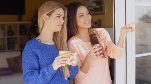 Zwei junge Frau genießen Erfrischungen