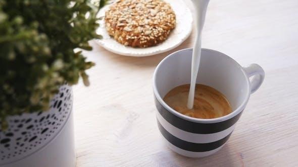 Thumbnail for Barista bereitet Latte in einer Tasse vor