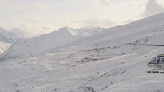Luftaufnahme Hubschrauberaufnahme von Alaksan Wildnis in der Dämmerung, fliegen über Berghang, um verschneiten Berg zu enthüllen