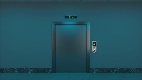 Der Aufzug im Flur in der Nacht.