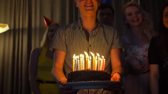 Thumbnail for Happy Male mit Freunden bringen Geburtstagskuchen zu Ihnen.