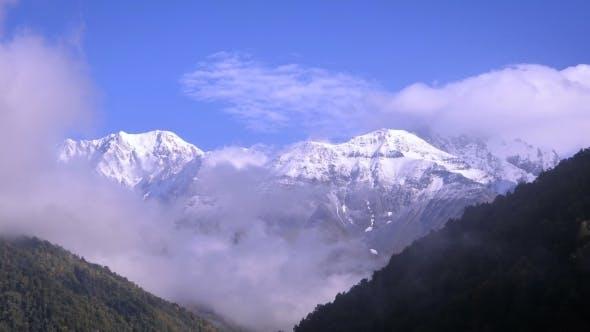 Thumbnail for Schneebedeckte Gipfel und bewegte Wolken