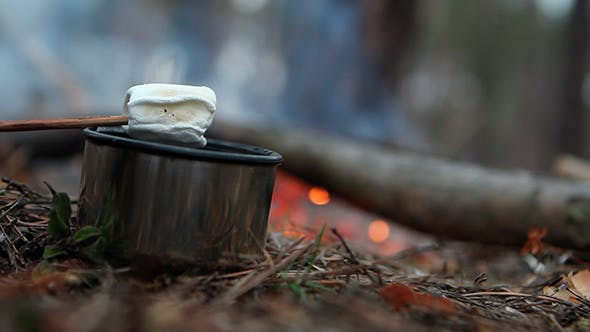 Thumbnail for Heißer Tee und Marshmallow auf der Natur