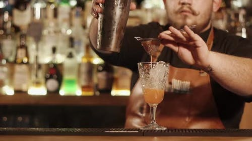 Barman Finishing Alkohol Cocktail