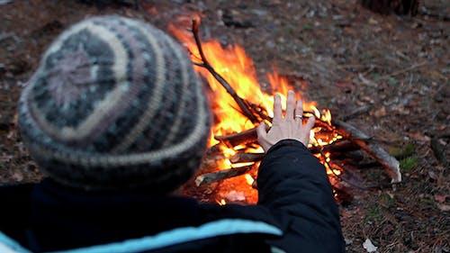 Der Mensch wird durch das Feuer erhitzt