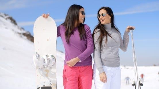 Thumbnail for Niedliche Schwestern mit Snowboards