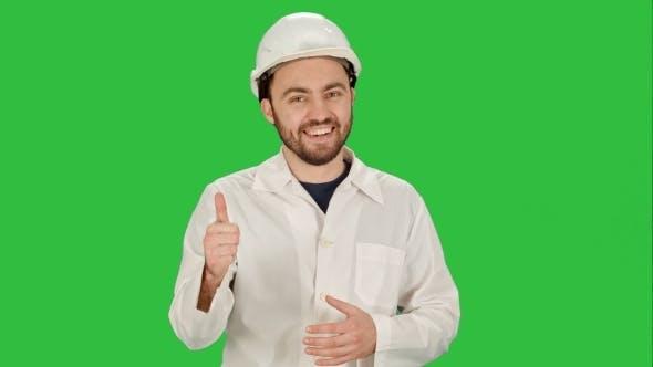 Thumbnail for Ingenieur oder Architekt zeigt wie Geste auf einem grünen Bildschirm, Chroma Key.