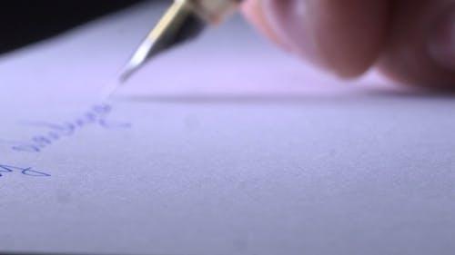 Schreiben eines Briefes auf Papier