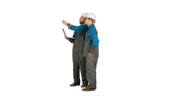 Thumbnail for Supervisors mit Laptop auf Baustelle auf weißem Hintergrund.