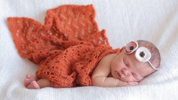 Thumbnail for Niedliches Neugeborenes Baby Mädchen Schlafen