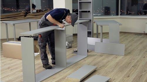 Die Montage von Büromöbeln im neuen Büro
