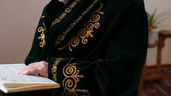 Thumbnail for Ein alter Mullah in Nationalkleid Lesen der Koran