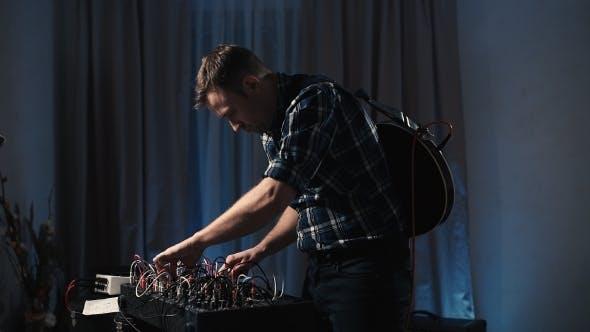 Thumbnail for Das Heimstudio des Musikers Experimentieren mit Synthesizern.