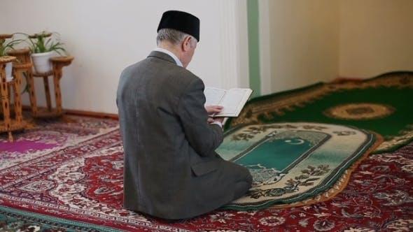 Thumbnail for Ein alter Mullah liest den Koran