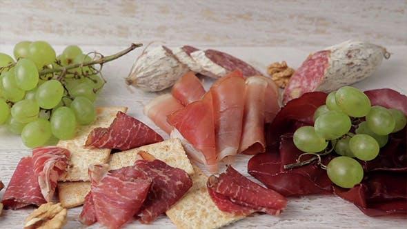Thumbnail for Köstliches Fleisch mit Trauben und Crackern
