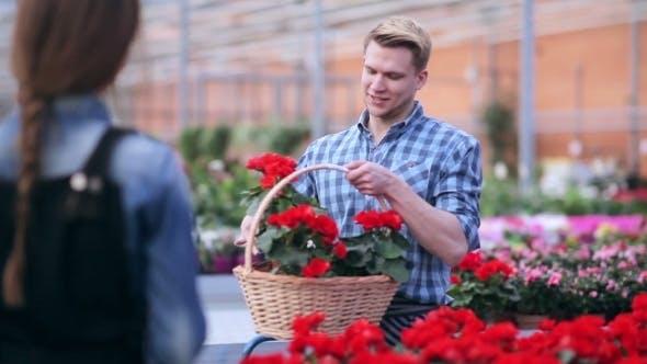 Thumbnail for Blumenhändler mit Blumenkorb bei Gewächshaus