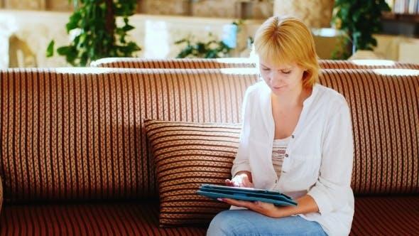 Thumbnail for Attraktive weibliche Tourist Kommunizieren Sie mit Lieben durch die Tablette