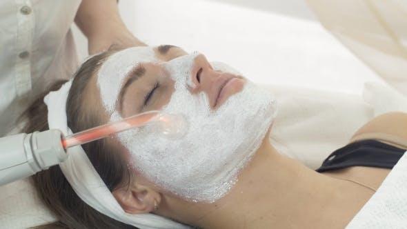 Thumbnail for Darsonvalization Mädchen Gesicht Mit Maske In Beauty Saloon. Kosmetologie
