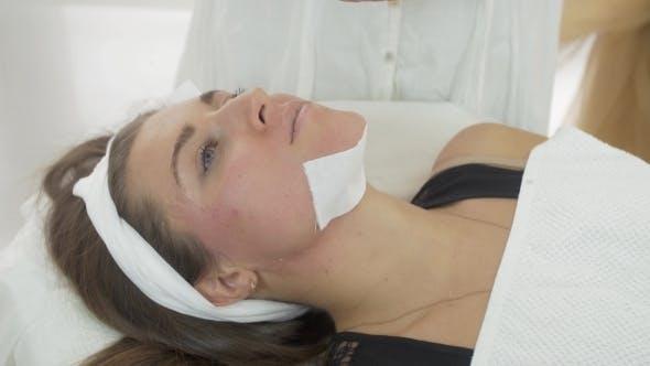 Thumbnail for Kosmetikerin Hände Machen Epilation Von Mädchen Kinn Durch Streifen In Saloon