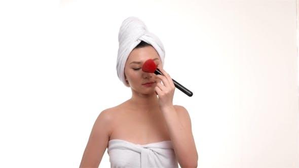 Thumbnail for Asiatische Frau Hautpflege vor weißem Hintergrund