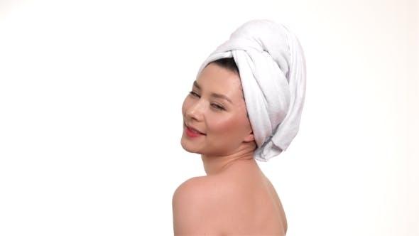 Thumbnail for spa mädchen mit ein handtuch auf ihrem kopf