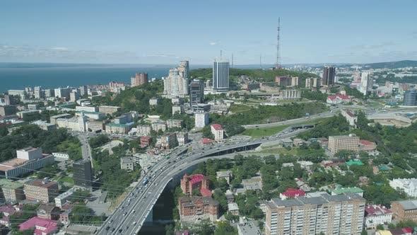 Vue aérienne du Drone du pont d'or Zolotoy. Pont à câble à travers le Zolotoy Rog (Doré