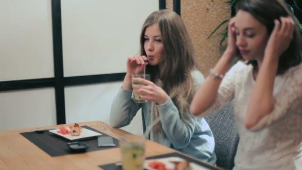 Zwei Freundinnen trinken Mojito