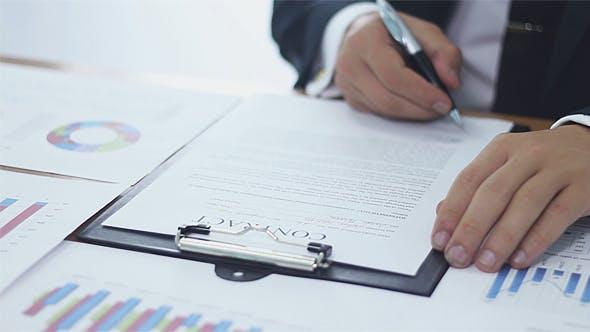 Geschäftsmann trifft eine Entscheidung und unterzeichnen einen Vertrag
