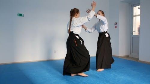 zwei Mädchen in schwarz hakama Praxis aikido