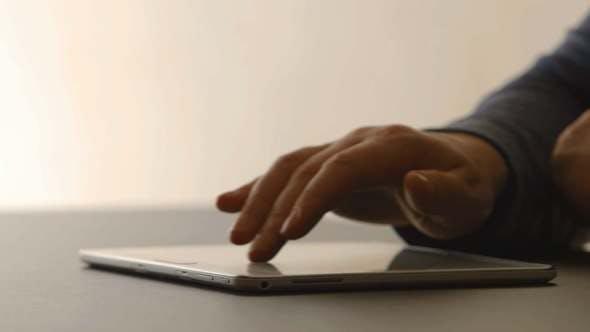 Thumbnail for Menschliche Hände berühren auf einem Tablet-PC