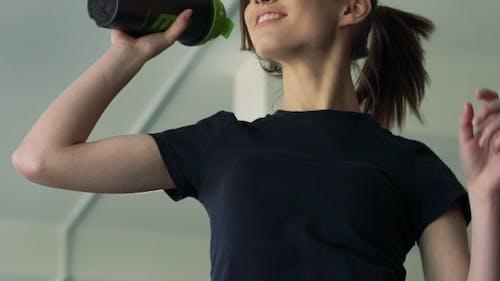 Mädchen Springt Mit Shaker In Die Turnhalle