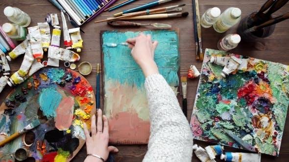 Thumbnail for Künstler malt ein Bild von Ölmalpinsel in der Hand mit Palette.