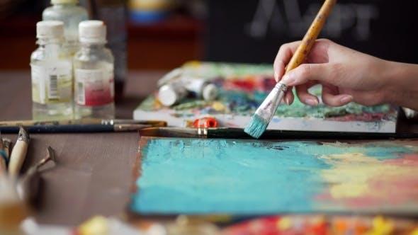 Cover Image for Künstler malt ein Bild von Ölmalpinsel in der Hand mit Palette.