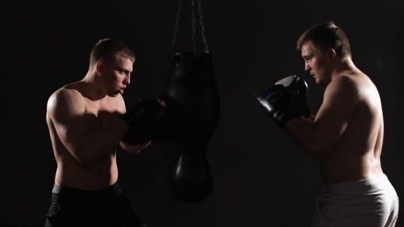 Thumbnail for Zwei Boxen Männer trainieren zusammen im Health Club