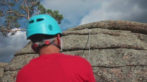Rock grimpeur escalade sur un rocher
