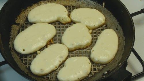 Gebratene Pfannkuchen in einer Pfanne