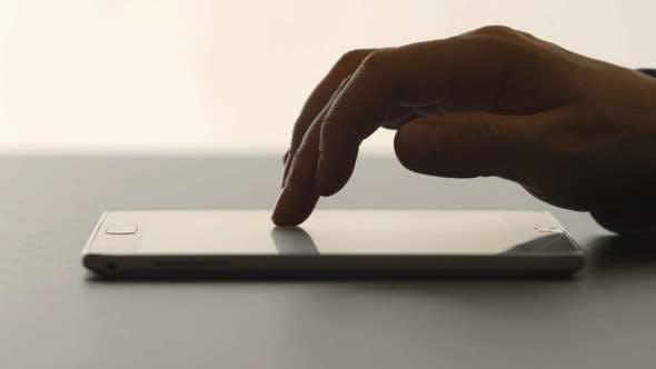 Thumbnail for Menschliche Hände berühren auf einem Tablet-PC auf einem Tisch
