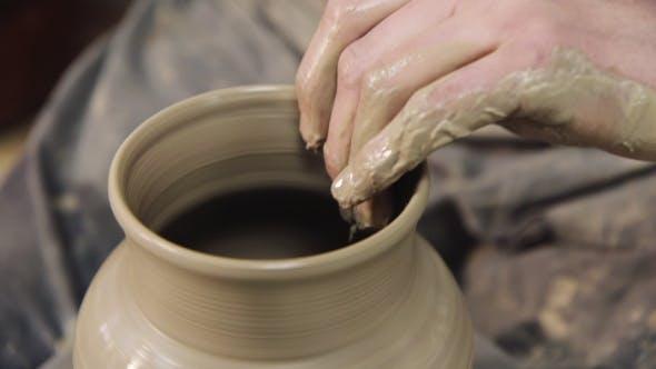 Thumbnail for Handwerk: Potter macht einen Topf