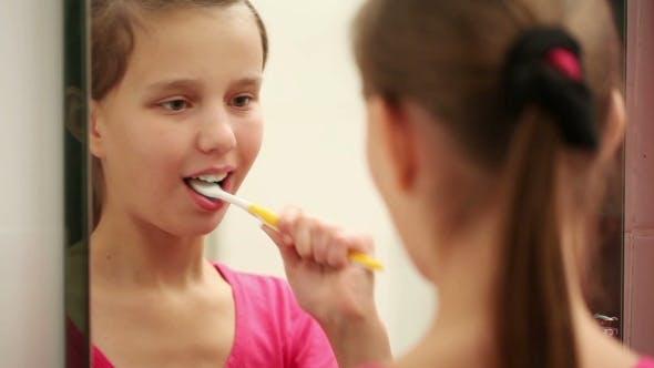 Thumbnail for schön Mädchen putzen Ihr Zähne