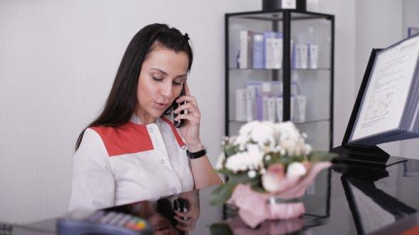 Thumbnail for Schöne Lächelnde Krankenschwester am Schreibtisch Station