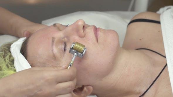 Thumbnail for Kosmetikerin machen Galvanotherapie Gesicht der Frau durch Metal Roller In Beauty Saloon