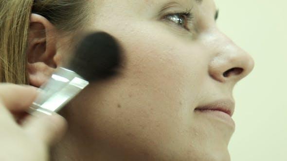 Thumbnail for Der Make-up-Künstler Anwendung Puder mit Pinsel