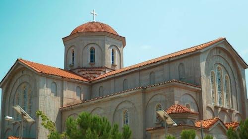 Moderne christliche Kirche mit Solarbatterien Beleuchtungssystem