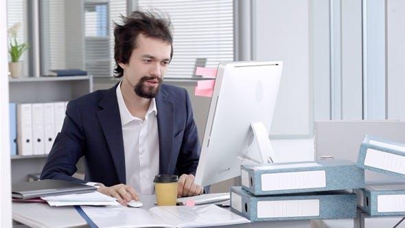 Thumbnail for Ein junger Anwalt oder Manager am Arbeitsplatz