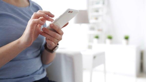 Cover Image for Frau Hände SMS Nachricht auf Smartphone zu Hause