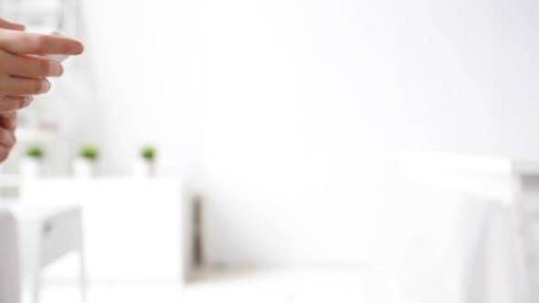 Thumbnail for Frau Hände SMS Nachricht auf Smartphone zu Hause