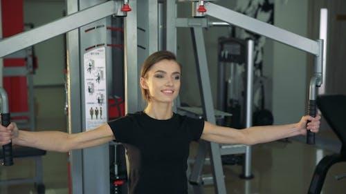 Das Mädchen in der Turnhalle auf einem Simulator